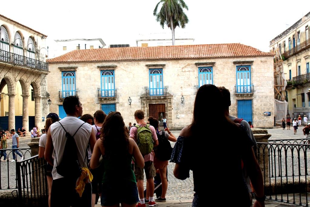 Cuba tourists plaza de la catedral